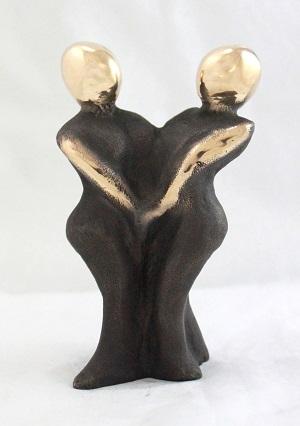 en_bronzeskulptur_lene_purkaer_stefansen_bronzefigur_kunst_skulpturer_i-kaerlighed-skaber-ord-og-kaertegn