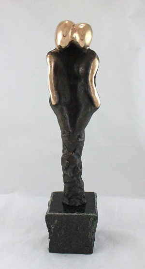 en_bronzeskulptur_lene_purkaer_stefansen_bronzefigur_kunst_skulpturer_I_kaerlighed_staar_vi_sammen