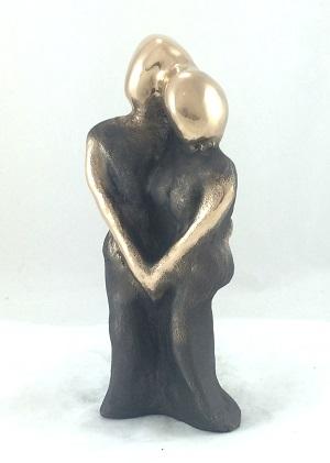 bronzeskulptur_lene_purkaer_stefansen_bronzefigur_kunst_skulpturer_bryllupsgave_Vores_store_kaerlighed_binder_os_sammen_for_altid