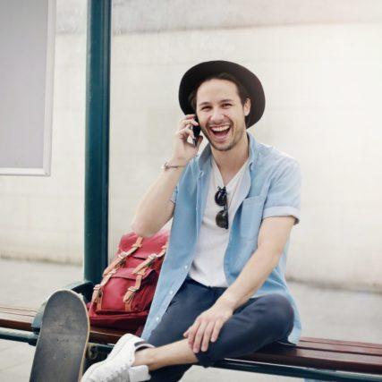 contactez LENETA, homme portant un chapeau et qui appelle Leneta pour un renseignement avec le sourir