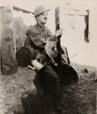 MEL_Chaplin_Soldat americain_Shoulder Arms (c) Roy Export SAS 72 dpi