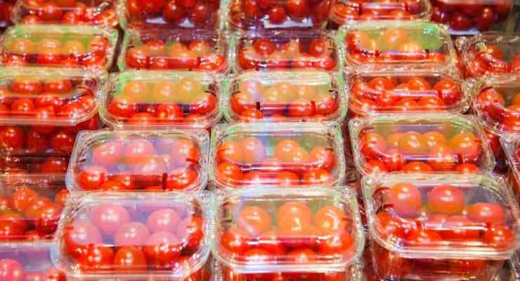 Greenpeace calls on Swiss supermarkets to cut plastic