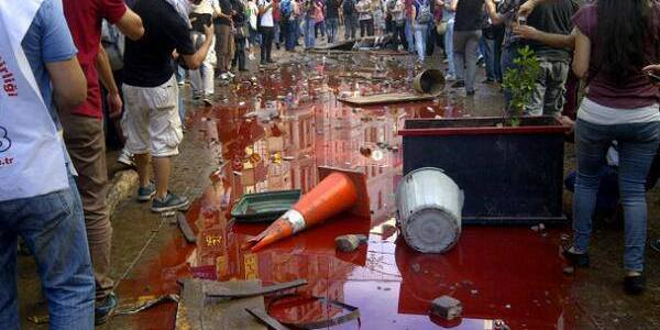 La polizia massacra i manifestanti a piazza Taksim.