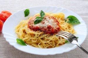 piatto-di-pasta-con-salsa-di-pomodoro-basilico-e-parmigiano