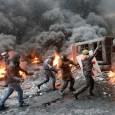 Ucraina, 26 morti, i video degli scontri e dei presunti manifestanti in tenuta para militare.