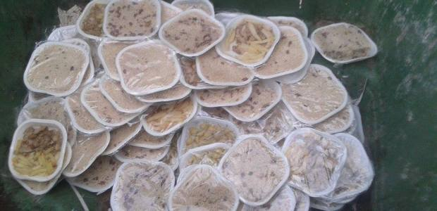 Immigrati buttano pasti nel Cpa di Pozzallo in provincia di Ragusa - Sicilia.
