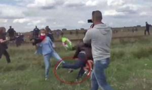 Ungheria_camerawoman_sgambetta_migranti_in_fuga