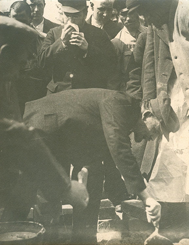 Фотография. В.И. Ленин закладывает первый камень в основание памятника К. Марксу на площади Свердлова (Театральная площадь).