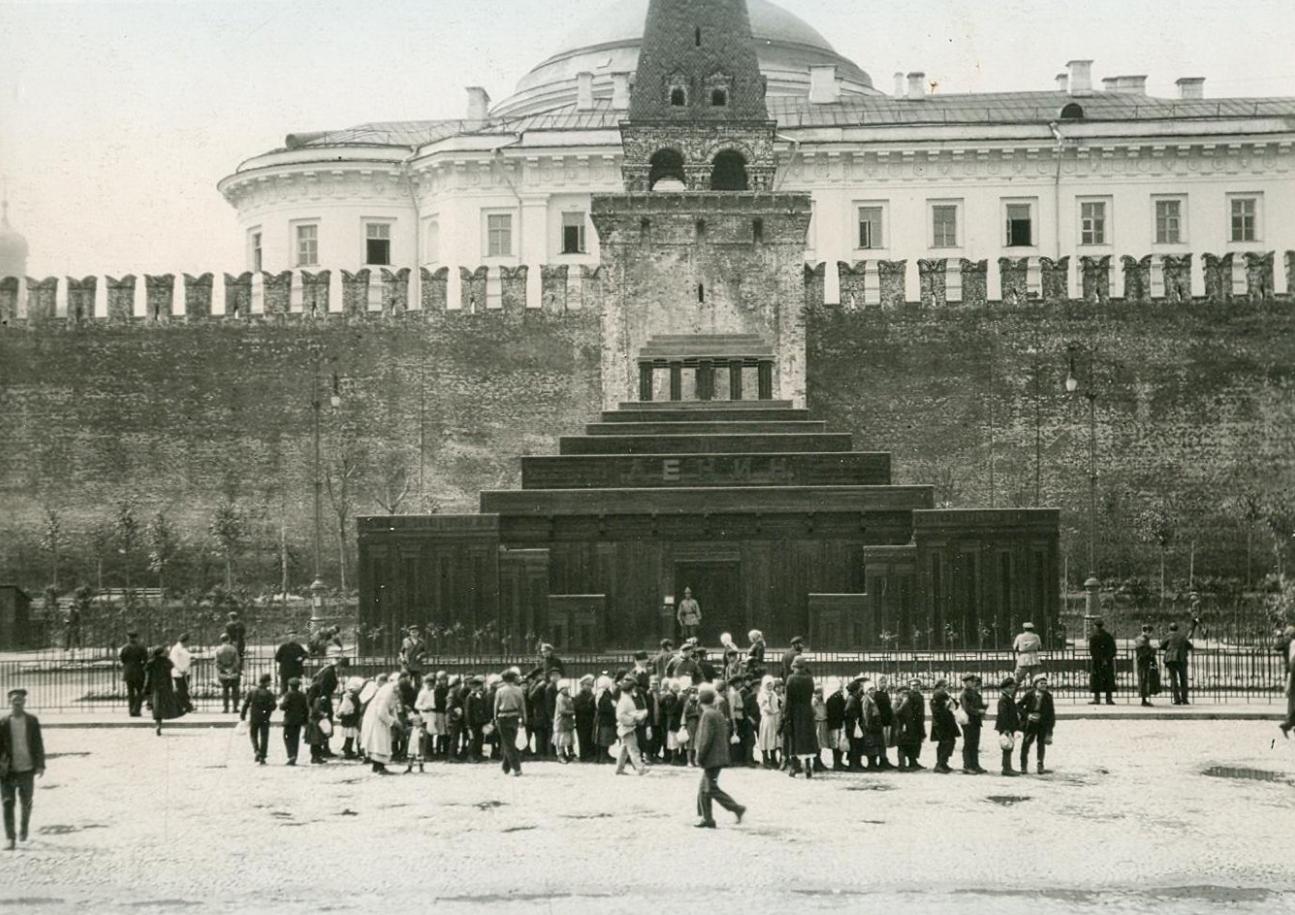 Группа детей выходит из второго Мавзолея В.И. Ленина на Красной площади