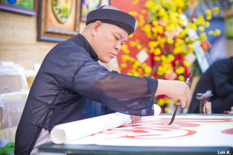 Ông đồ(calligraphist) is writing thư pháp