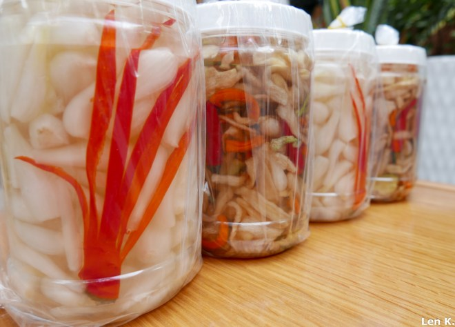Thanks to its mild and fresh taste, pickled Chinese onion is an unmissable garnish during Tết holiday