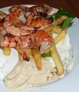 krevety s hranolkami na tanieri Lenka Says, LenkaSays, Travel & Lifestyle Blog, blog o cestovaní, blog o životnom štýle, cestovateľský blog, lajfstajlový blog