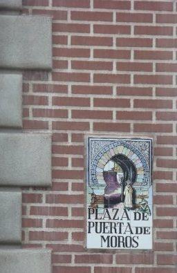 tabuľa s názvom námestia, Plaza de Puerta de Moros, Madrid, Španielsko