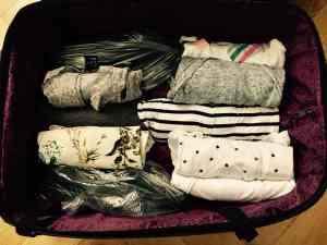 balenie oblečenia do kufra