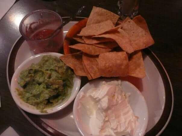 Nachos s guacamole, smotanou a salsou