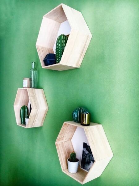 ako zariadiť obývačku, nástenné 6-uholníkové police