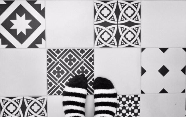 patchwork čiernobiela dlažba v kúpeľni, ako zariadiť kúpeľňu