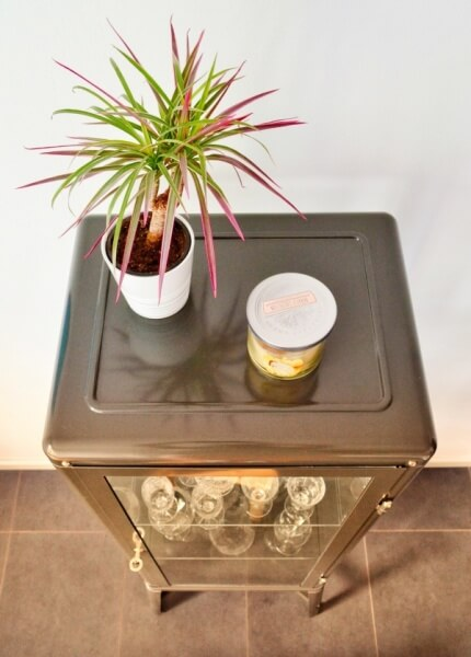 kuchynská vitrína zo skla a kovu, ako zariadiť kuchyňu
