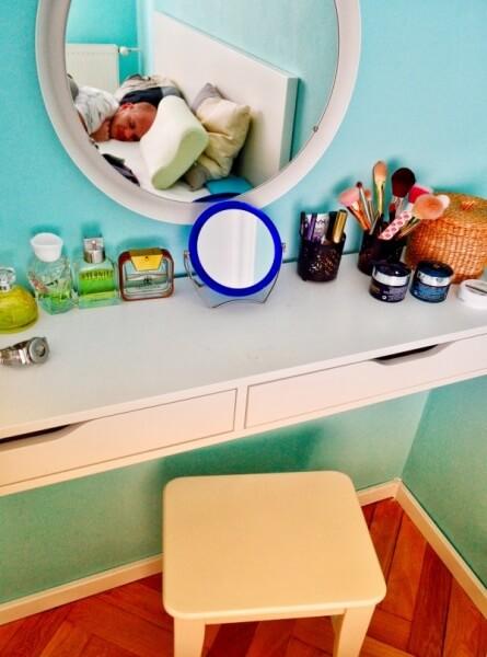 kozmetický stolík v spálni, ako zariadiť spálňu