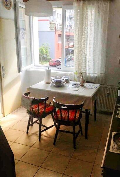 stará kuchyňa so stolom a stoličkami