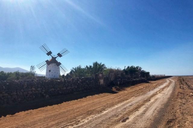 veterný mlyn v El Roque, Fuerteventura, Kanárske ostrovy, Španielsko