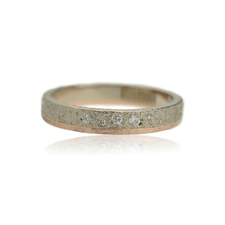 ring van witgoud en roodgoud en vijf diamamanten