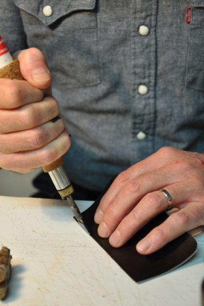 Maroquiniers artisan créateur français. Un savoir-faire issu des grandes maisons de maroquineries françaises. Le filetage des tranches est une technique de finition des tranches des cuirs, teinte et cire chauffées au filet de maroquinier.