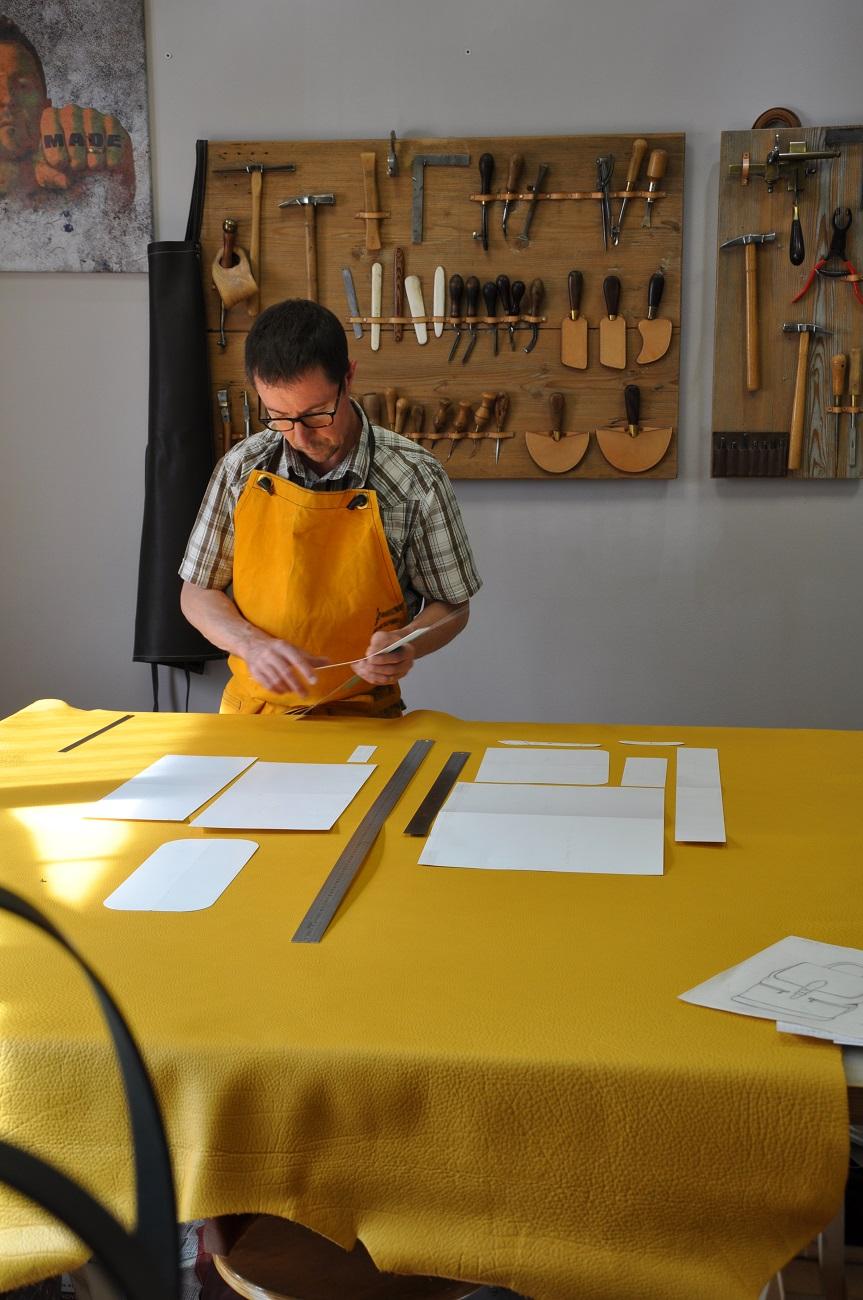 Fabrication française maroquinerie de luxe. Accessoires de mode en cuir, fait main dans notre atelier en Provence. France