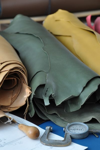 The leather goods maker uses different kind of leathers : bullcalf, cowhide, calf, alligator,goat...