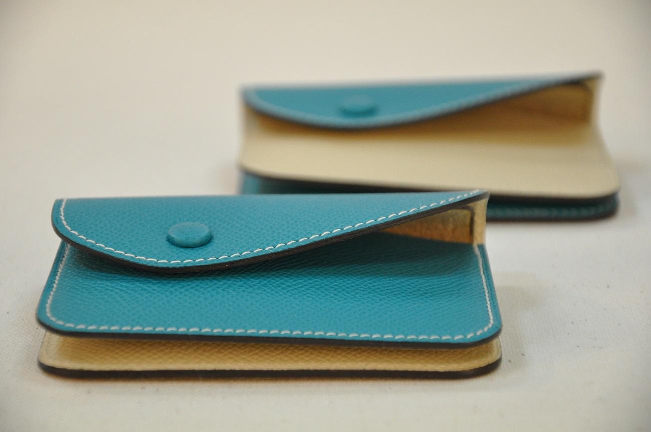 les portes-monnaie DUO ont été imaginés en veau grainé de deux couleurs. Format carte bleue. Création LE NOËN