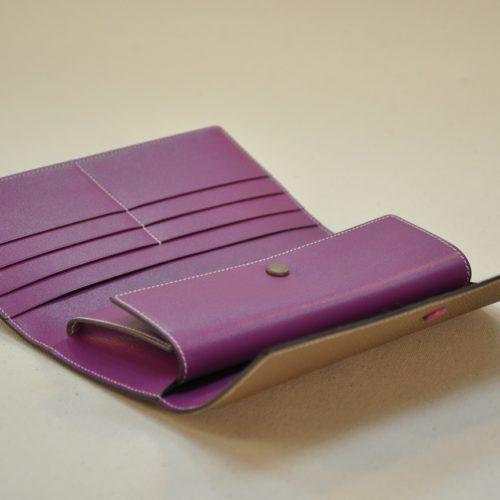 Portefeuille l'Indispensable possède 3 fois 3 poches cartes de crédit et 2 poches pour des papiers et un porte-monnaie. Création LE NOËN Sellier Maroquinier du luxe France.