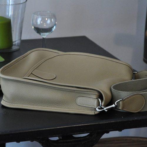 La besace Martha est fabriquée en taurillon, se ferme avec un top magnétique. Création et fabrication française.