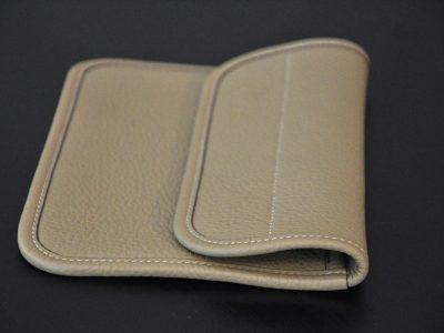 La pochette en taurillon est idéale pour vous accompagner tous les jours ou pour une soirée. Création LE NOËN maroquinerie de luxe.