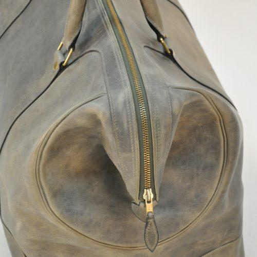 Le bagage Cupertino a été imaginé avec un développé pour prendre plus de contenance lors des voyages. Ses poignées rondes cousues à la main lui confère robustesse. LE NOËN créateur de sacs de luxe.