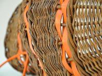 Luminaire en osier et cuir, détail du travail des bandes en cuir intégrées au milieu de l'osier. fabrication LE NOËN France