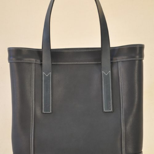 Bag in smooth blue cowwhide, lined with mixed cotton, it closes with two hidden press stud. Creation LE NOËN France.