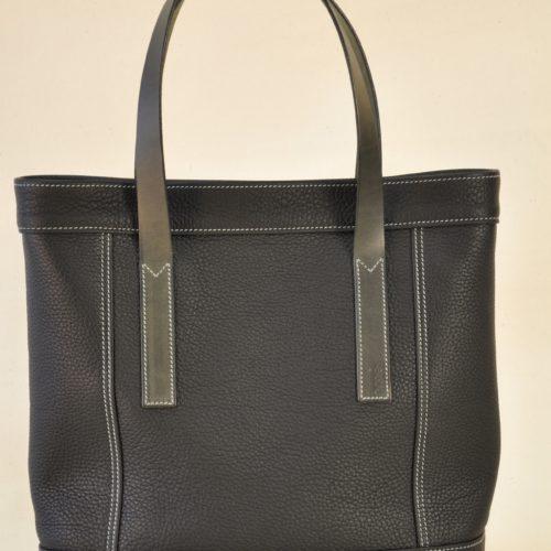 Le sac Valentine a été imaginé pour la femme citadine. Il est léger, pratique, se porte à la main ou au bras. Il se ferme avec deux boutons pressions cachés. Création LE NOËN le luxe à la française.