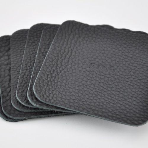 Dessous de verre en cuir noir. Classique et simple pour protéger vos tables.