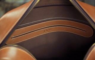 Sac en cuir pour homme, intérieur en veau velours marron avec un aménagement de poches. Sac de luxe Made in France
