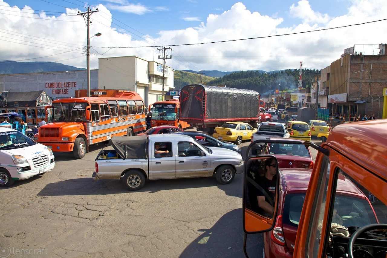 esperando por la gasolina / pasto, colombia