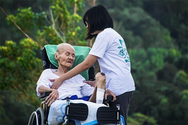 Lansia Mendapatkan Perawat Pendamping