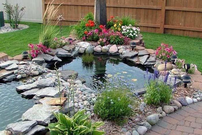 Kolam Ikan Mungil Di Taman Minimalis