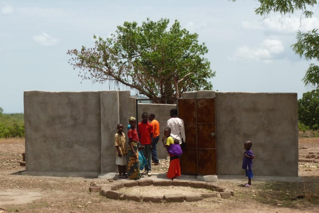 Bij verschillende dorpen zijn, samen met de dorpsbewoners, boma's gebouwd. Hierin kan het vee 's avonds veilig worden opgesloten als bescherming tegen roofdieren.
