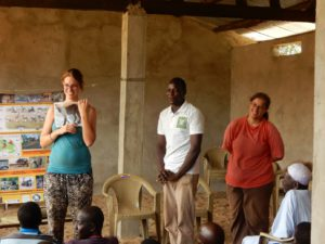 Iris en Elise tijdens een educatieve workshop in één van de dorpen rondom Sena Oura.