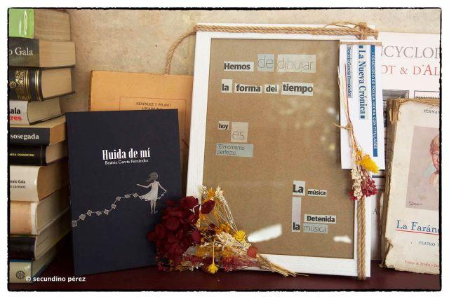 """Libro """"Huida de mí"""" y cuadro premio poesía"""