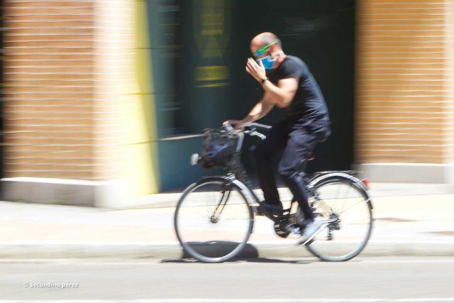 paseante bici con mascarilla