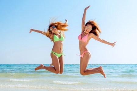 muchachas saltando el la playa
