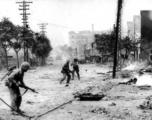 Em Seul, em 1950, fuzileiros navais americanos defendendo a Correia do Sul contra a invasão do norte.