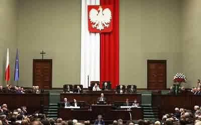 Parlamento polonês: o crucifixo disputado fica à esquerda da foto