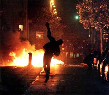 A periferia urbana ardeu em chamas em 2005: prenúncio da morte da democracia francesa